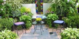 Gradina mica cu flori in ghivece amenajata pe o terasa