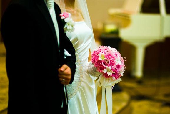 tineri casatorit in fata altarului