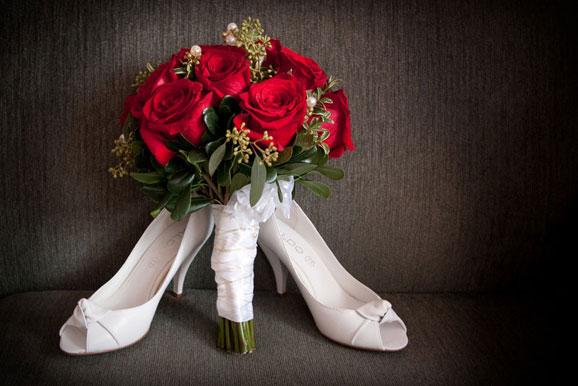 trandafiri rosii pantofi de mireasa albi