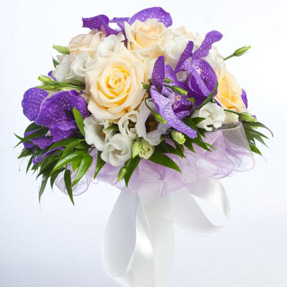 buchet de mireasa cu trandafiri albi si flori mov