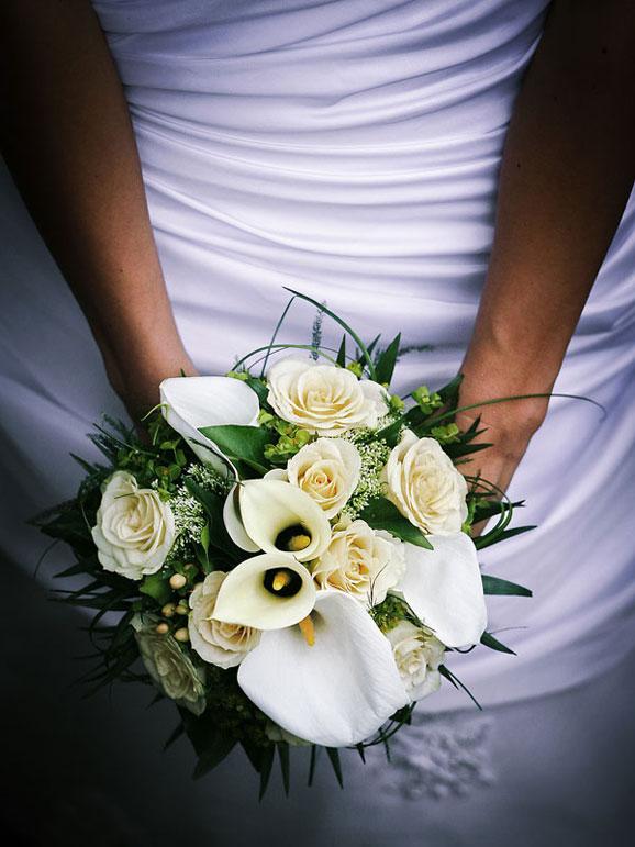 crini si trandafiri albi
