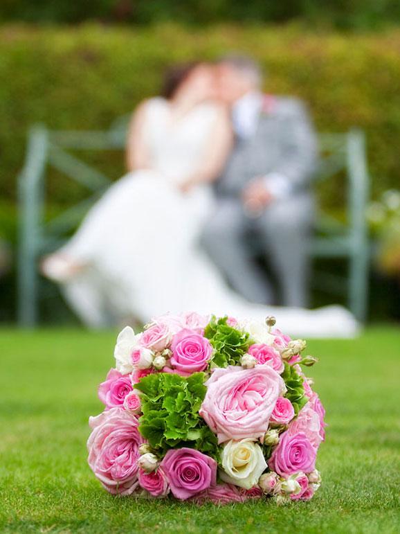 trandafiri roz si tineri casatoriti
