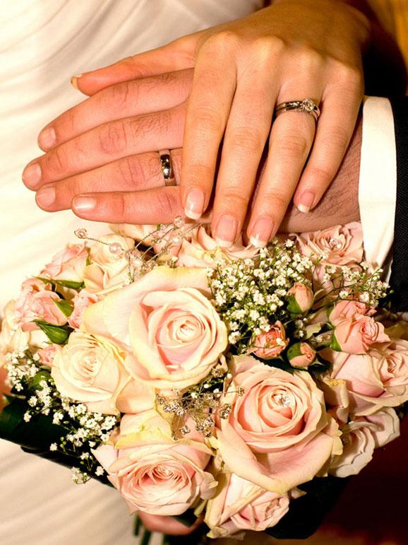 fotografie de nunta cu verighete si trandafiri albi