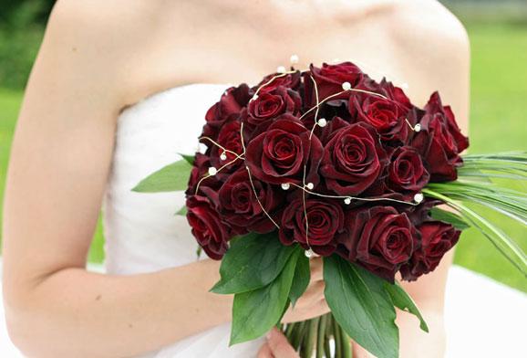mireasa cu buchet de trandafiri
