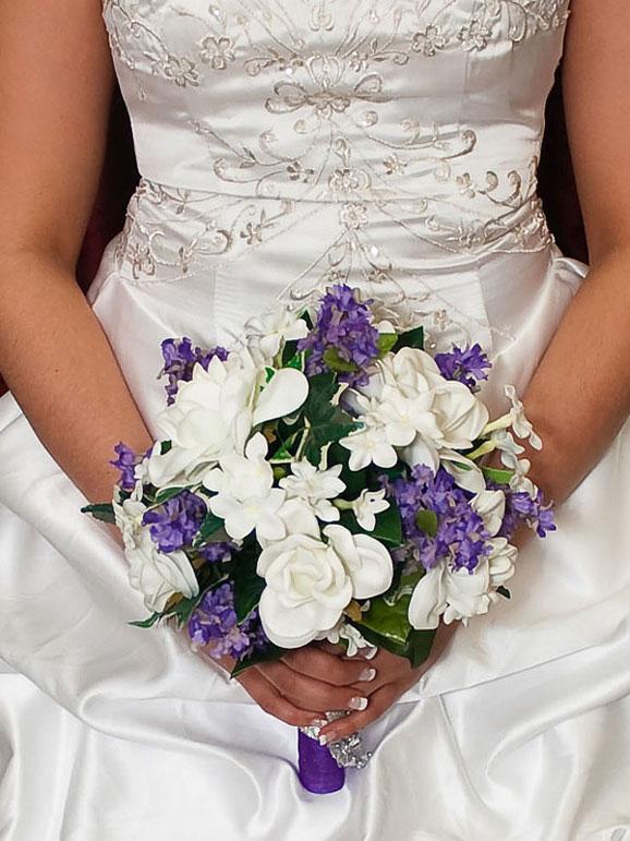 mireasa cu flori albe