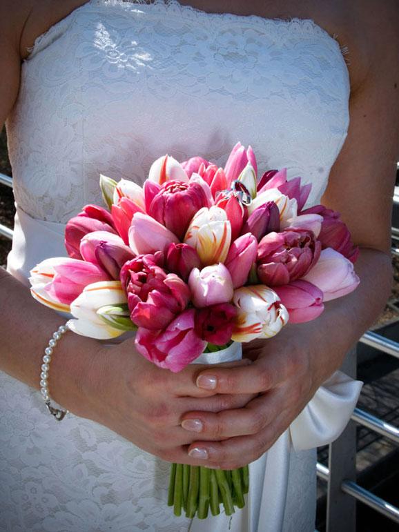 mireasa cu un buchete de mireasa deosebite lalele roz si albe