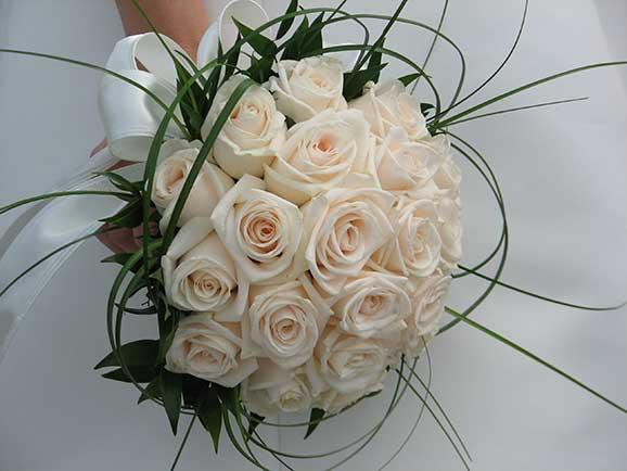 Buchet superb de mireasa din trandafiri albi