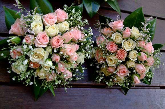 doua buchete de mireasa din trandafiri albi si roz