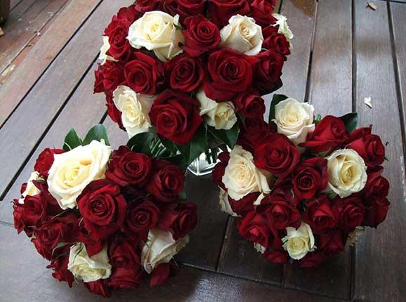 3 buchete de mireasa din trandafiri rosii si albi