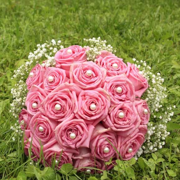 Buchete de mireasa din trandafiri in iarba
