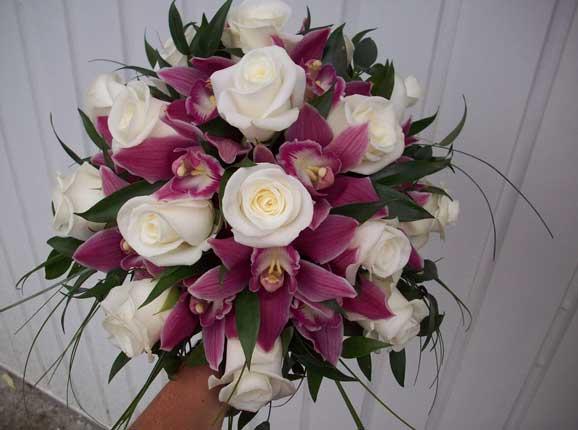 orhidee rosii trandafiri albi buchet de flori