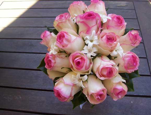 Buchete de mireasa din trandafiri albi rosii