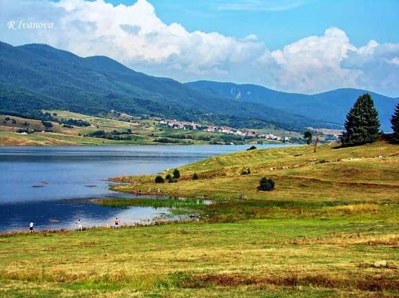 Peisaj de vara cu sat de munte la si pescari amatori