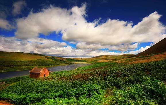 Peisaj de vara refugiu de munte casa singuratica
