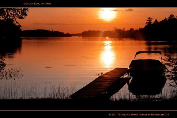Apus de soare peisaj cu lac si barca vara