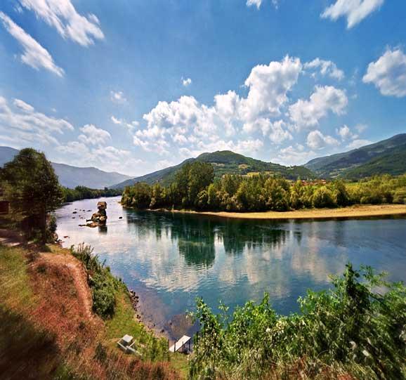 Peisaje de vara cu rau apa curgatoare