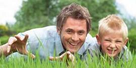 Tata cu fiu la picnic in gazon