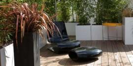 gradina mica moderna cu scaune